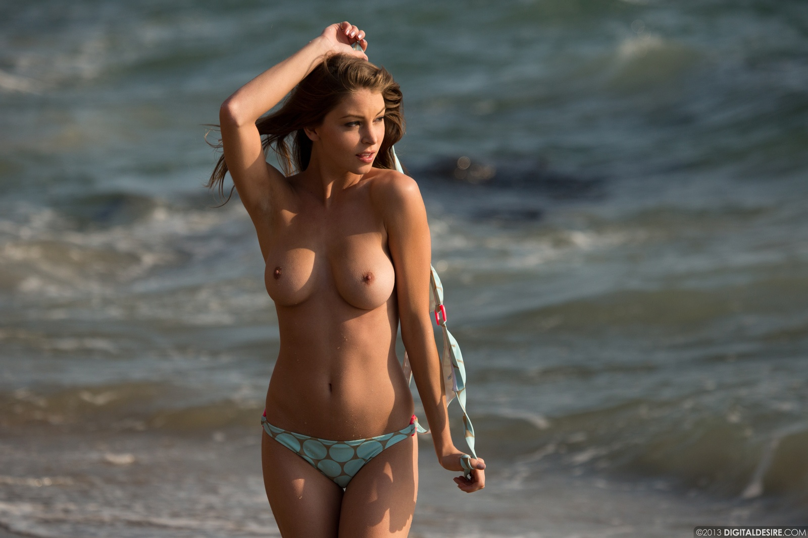 Amber Porn Pics amber sym walking nude on the beach | babe pictures